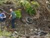 Anggota keluarga korban mengunjungi TKP kecelakaan limosin di Schoharie, New York (foto: houstonchronicle.com)