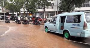 Pipa bocor akibatkan pasokan air langka di Kebon Jeruk (foto: Kompas)