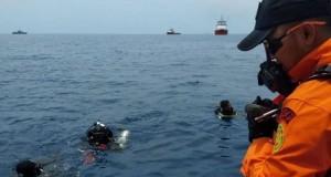 Tim penyelam mencari kotak hitam Lion Air JT 610 (foto: Tribunnews)