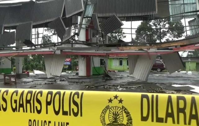 SPBU 34.433.01 rusak parah karena puting beliung (foto : Berita Satu)