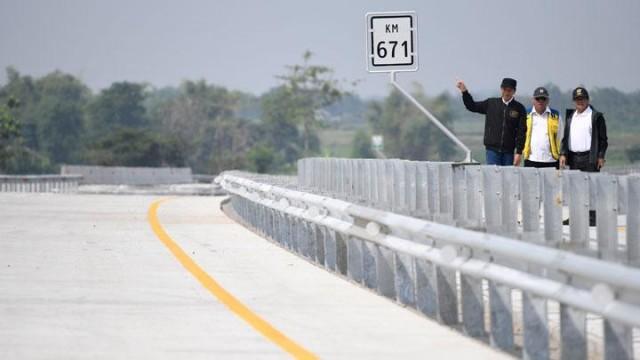 Jokowi meninjau ruas tol Trans Jawa di Jombang (foto: Tempo)